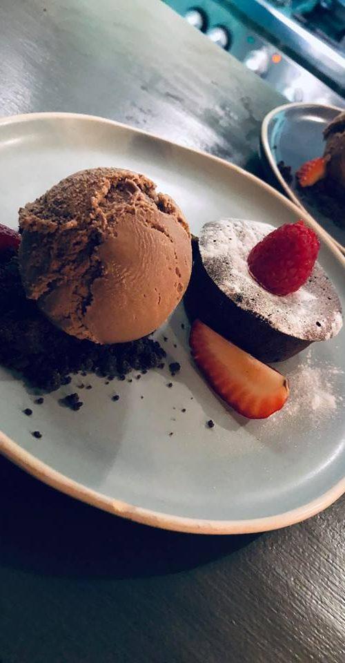 Dessert bij De Baai in Hoorn, chocolade ijs met aardbeien, framboos en lavacake